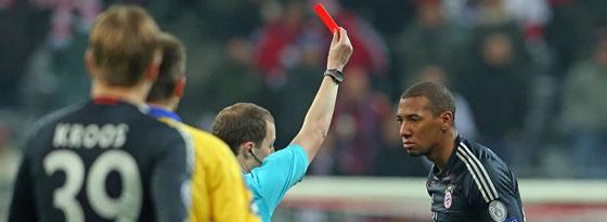 Jerome Boateng sieht am 5. Dezember gegen BATE Baryssau Rot