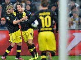 Jubel beim BVB: Lewandowski machte das zwischenzeitliche 1:1 - Schmelzer und Götze gratulieren.