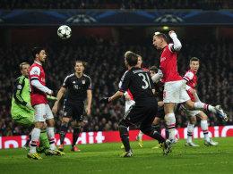 Lukas Podolski (r.) köpft im Hinspiel das 1:2 gegen die Bayern (1:3)