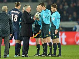 PSG hatte eigentlich keinen Grund, sich zu beschweren: Schiedsrichter Stark (2. v. re.), hier mit Paris-Coach Ancelotti und Ibrahimovic, benachteiligte Barcelona beim 1:1.