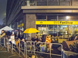 BVB-Fans campieren vor dem Dortmunder Fanshop