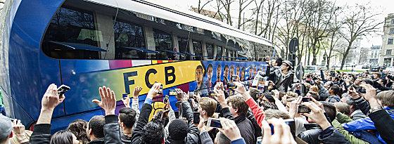 Viel Rummel um die Startruppe: Die Fans belagern das Hotel und den Bus.