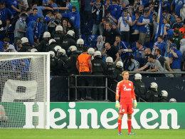 Das Spiel wird zur Nebensache: Im Rücken von Timo Hildebrand erfolgt der folgenschwere Polizeieinsatz.