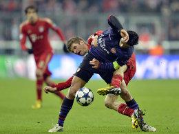 Während Arsenals Arteta (vorne) im Hinspiel gesperrt fehlen wird, kann Müller spielen