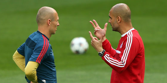Pep Guardiola mit Arjen Robben beim Bayern-Training in Madrid