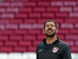 """Gedanken an Luis Aragones? Diego """"Cholo"""" Simeone richtet den Blick gen Himmel."""