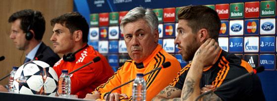 Beäugt die Seinen genau: Carlo Ancelotti, flankiert von Iker Casillas (li.) und Sergio Ramos.