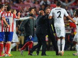 Atleticos Coach Diego Simeone (3.v.re.) legt sich mit Varane (#2) an
