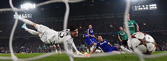 Der Ball im Chelsea-Tor: Huntelaar (2.v.r) hat für Schalke zugeschlagen.