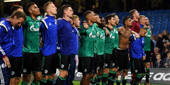 Brust raus, Bauch rein: Schalke feiert das Remis an der Stamford Bridge.