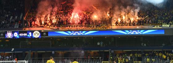 Zündeleien im BVB-Block kurz vor der zweiten Halbzeit beim 3:0-Sieg in Anderlecht