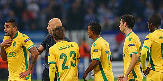 Vergebliche Proteste: Sportings Spieler wollten den Foulelfmeter auf Schalke nicht wahrhaben.