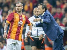 Galatasaray im November: Der eine (Prandelli, re.) sucht einen Maulwurf, der andere (Sneijder) hätte gern die Binde.