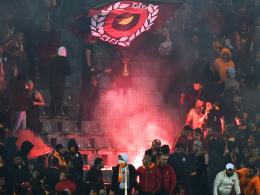 Feuer: Es brennt lichterloh im Block der Galatasaray-Fans.