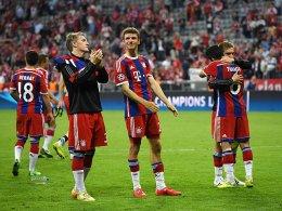Raus mit Applaus: Bernat, Schweinsteiger, Müller, Lahm und Thiago (v.li.).