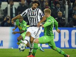 Gladbachs Wendt gegen Juves Mittelfeldmann Sami Khedira.