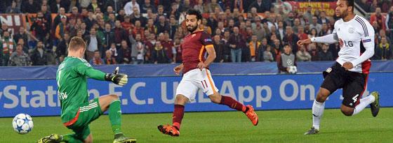 Roms Salah macht schon früh das 1:0 gegen Leverkusen.