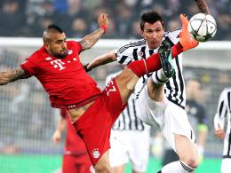 Mit harten Bandagen: Bayern Münchens Arturo Vidal (li.) und Juves Mario Mandzukic schenkten sich nichts.
