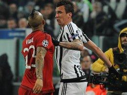 Mario Mandzukic gegen Bayerns Arturo Vidal