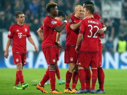 Kollektive Unterstützung: Die Bayern-Spieler suchen nach dem Spiel den Kontakt zu Joshua Kimmich.
