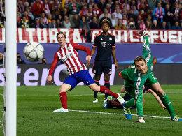Gleich trifft der Ball den Pfosten: Manuel Neuer schaut einem Schuss von Fernando Torres hinterher (75.).