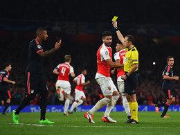 Kein Unbekannter: Cüneyt Cakir (re.) leitete schon das Vorrundenspiel der Bayern beim FC Arsenal.