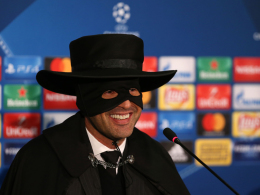 Donezk-Trainer kommt als Zorro zur Pressekonferenz