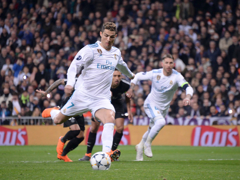 Gleich passiert etwas Seltsames mit dem Ball Cristiano Ronaldo beim Elfmeter gegen PSG