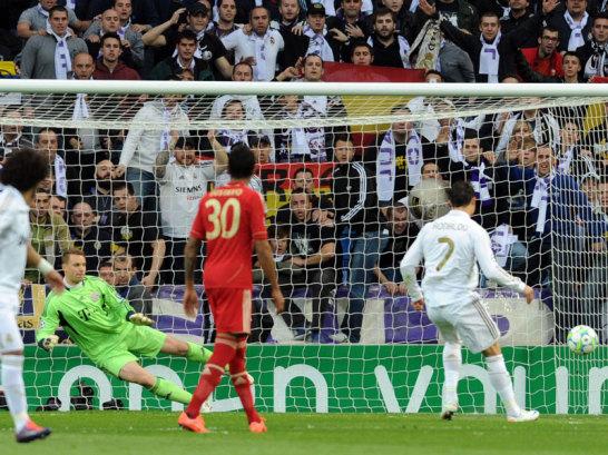Der ungarische Unparteiische pfiff bei David Alabas Handspiel nach Angel die Marias Flanke Elfmeter. Den nutzte Cristiano Ronaldo sicher zur F�hrung schon nach sechs Minuten. Manuel Neuer entschied sich f�r die andere Ecke.