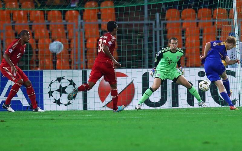 Aleksandr Pavlov (re.) trifft gegen Manuel Neuer