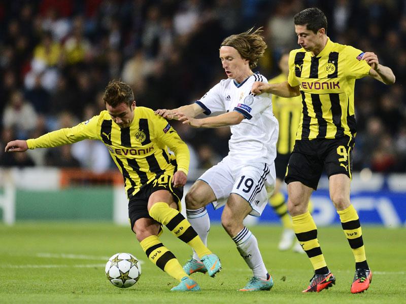 Die Dortmunder Götze (li.) und Lewandowski nehmen den Madrilenen Modric in die Zange.