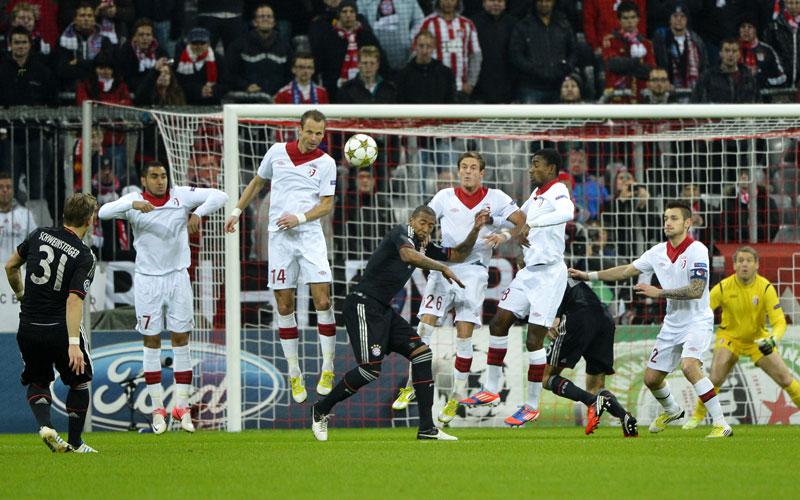 Schweinsteiger lupft den Ball über die nicht vorhandene Mauer des OSC Lille - 1:0 für die Bayern.