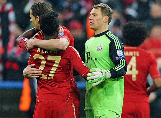 Überbordende Freude sieht anders aus - aber Hauptsache geschafft. Trotz eines 0:2 gegen Arsenal durften Daniel van Buyten, David Alaba und Manuel Neuer den Viertelfinaleinzug nach dem Schlusspfiff feiern.