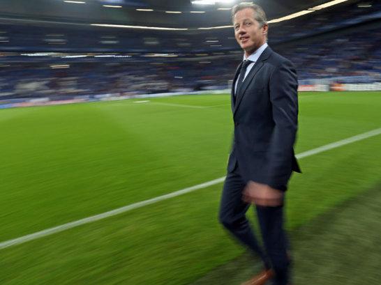 """Schalkes Trainer Jens Keller betritt gutgelaunt die Arena - für die Königsblauen geht es gegen die """"Blues"""" aus Chelsea."""