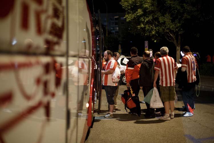 Zahlreiche Busse fuhren von Madrid die rund sechs Stunden nach Lissabon. Hier stehen Atleti-Fans Schlange vor ihrem Reisebus.