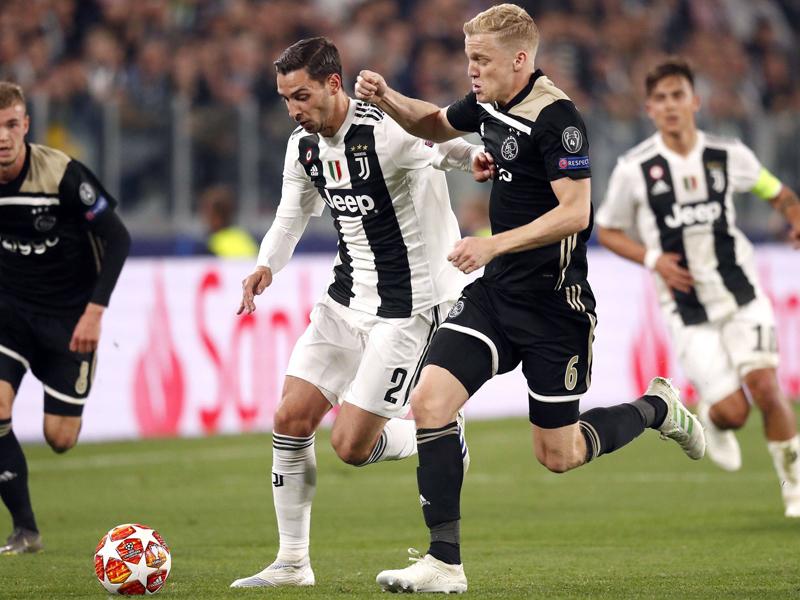 Ajax griffiger: Donny van de Beek (rechts) verfolgt Mattia de Sciglio.
