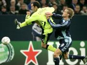 Hoher Einsatz: Chelseas Carvalho klärt vor Schalkes Larsen.