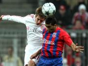 Obenauf: Bayerns Lahm überspringt Steauas Nicolita und gewinnt das Kopfballduell.