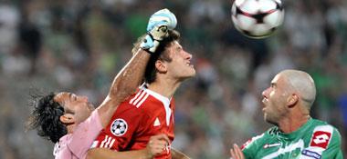 Davidovitch faustet vor Müller, Keinan schaut zu