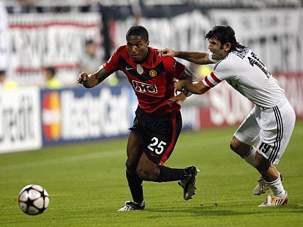 Manchesters Valencia im Zweikampf mit Üzülmaz (re.).