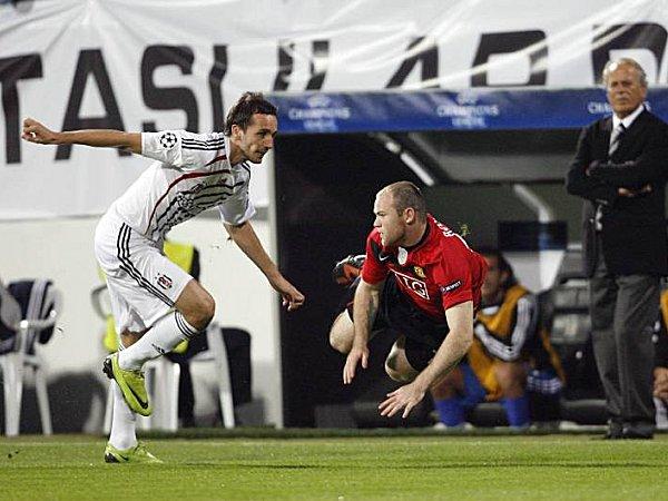 Manchesters Wayne Rooney (re.) hatte gegen Sivok oft das Nachsehen.
