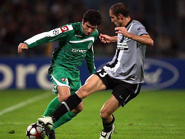 Kein Durchkommen - Haifas Dvalishvili kommt an Juves Chiellini nicht vorbei.