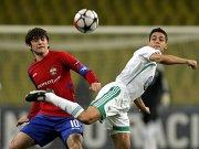 Wolfsburgs Kapitän Josué im Duell mit Dzagoev (li.).