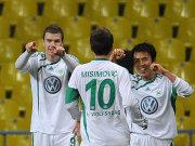 Wolfsburgs Torschütze Dzeko (li), Misimovic und Hasebe bejubeln die Führung.