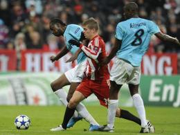 Toni Kroos vs. Lacina Traoré (li.) und Dominique Kivuvu