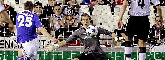 Huntelaar haut nach neun Minuten über den Ball