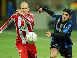 Münchens Robben im Laufduell mit Chivu (re.)