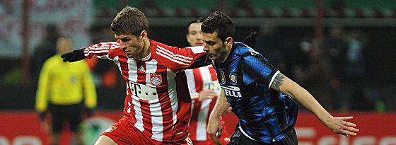 Müller gegen Mailands Thiago Motta (re.)