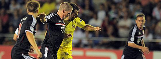 Schweinsteiger gegen Villarreals Rossi (2.v.re.).