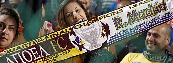 APOEL-Fan mit Schal